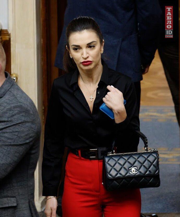 Ольга Коваль с черным аксессуаром от Chanel