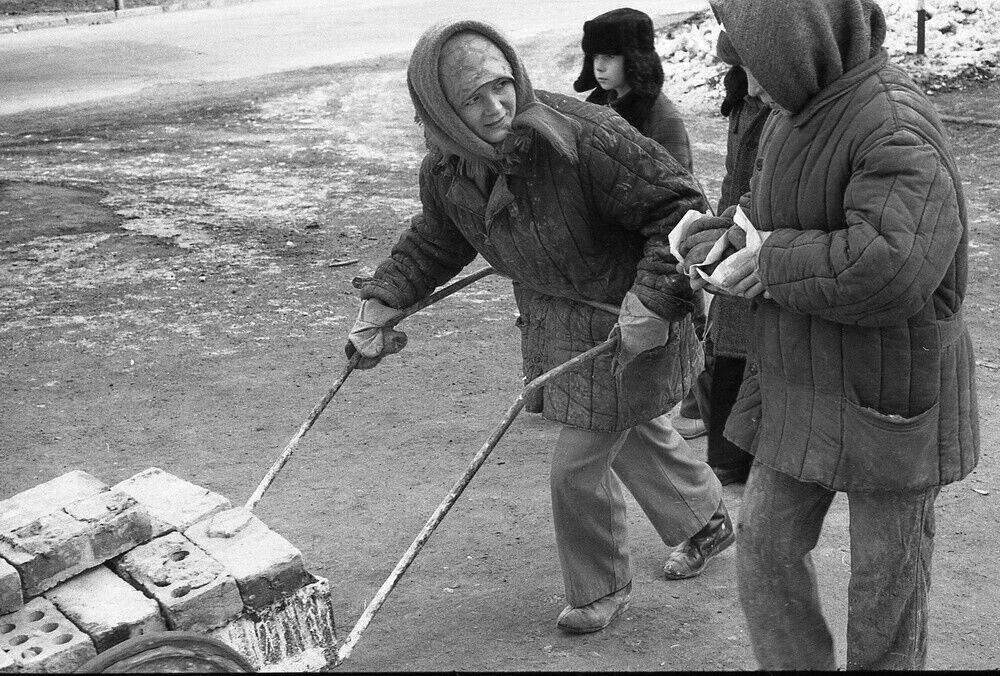 """""""Жінки з беляшами і візком цеглин"""", 1981 рік"""
