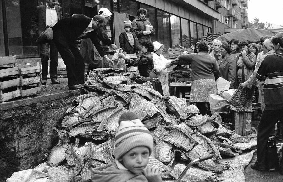 """""""Продаж баранячих кісток"""", вулиця Віри Соломіної, Новокузнецьк, 1980-ті роки"""
