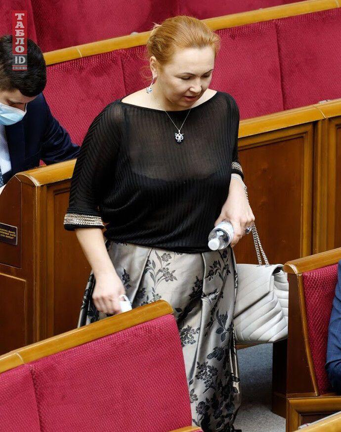 Юлия Диденко засветила в Раде серую сумку от Sain Laurent