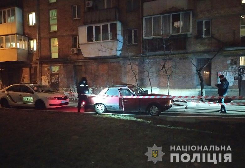Преступник, угрожая пистолетом, угнал машину киевлянина.
