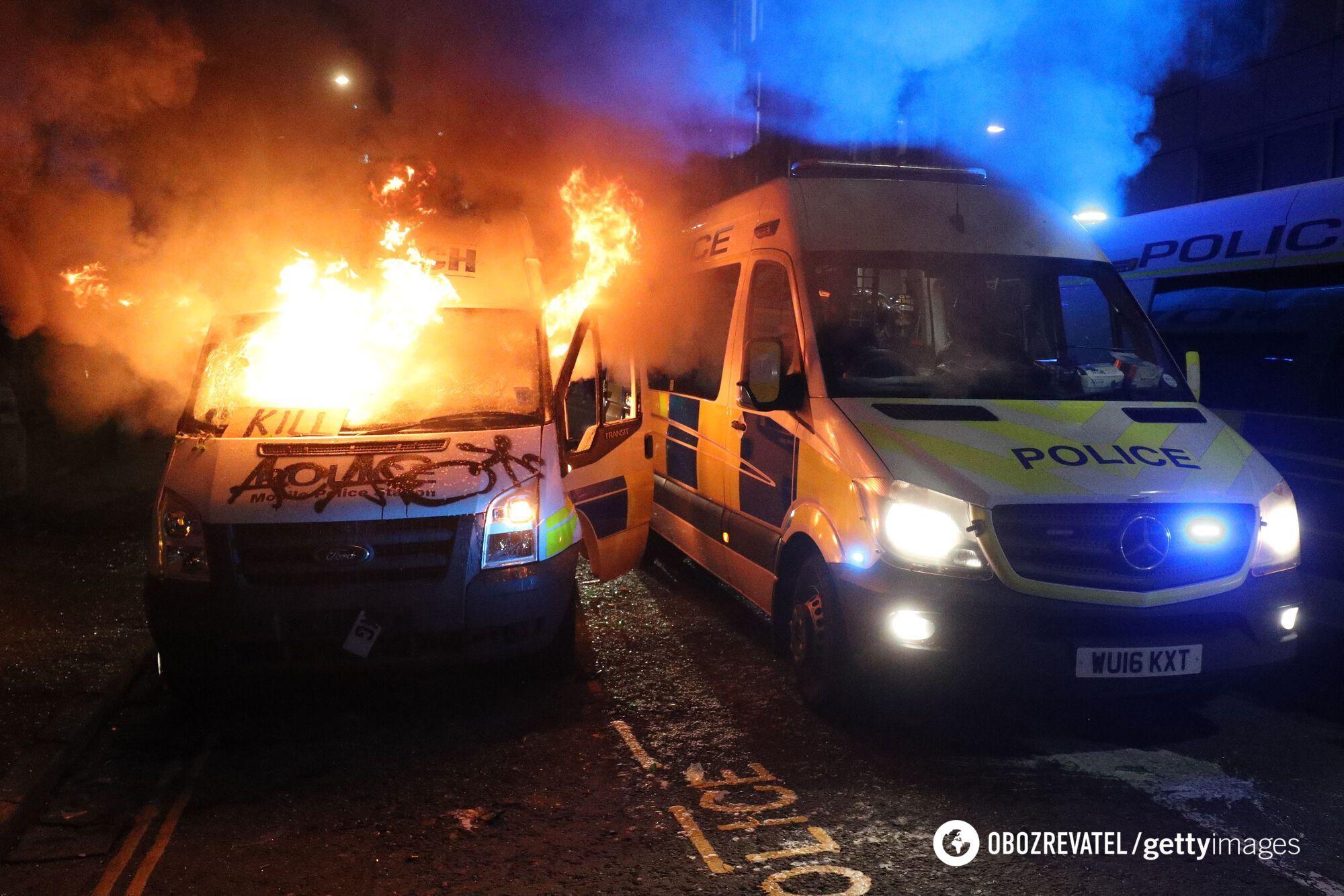 Протестующие подожгли авто.