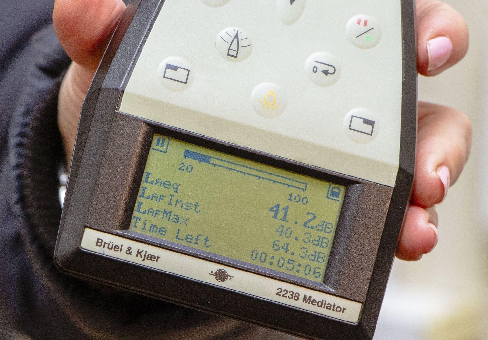 Уровень шума составляет 42 дБ (при разрешенных в домовладениях 30 дБ в ночное время)