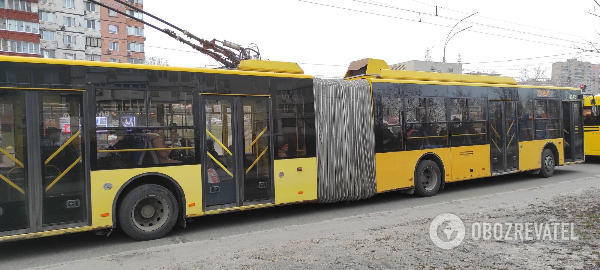 Часто комунальний транспорт просто не зупиняється на зупинках.