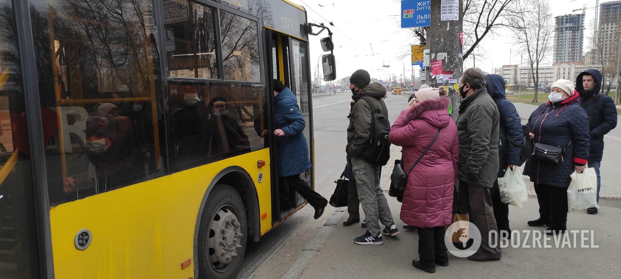 Якщо тролейбус зупиняється, то запускають максимум пару чоловік.