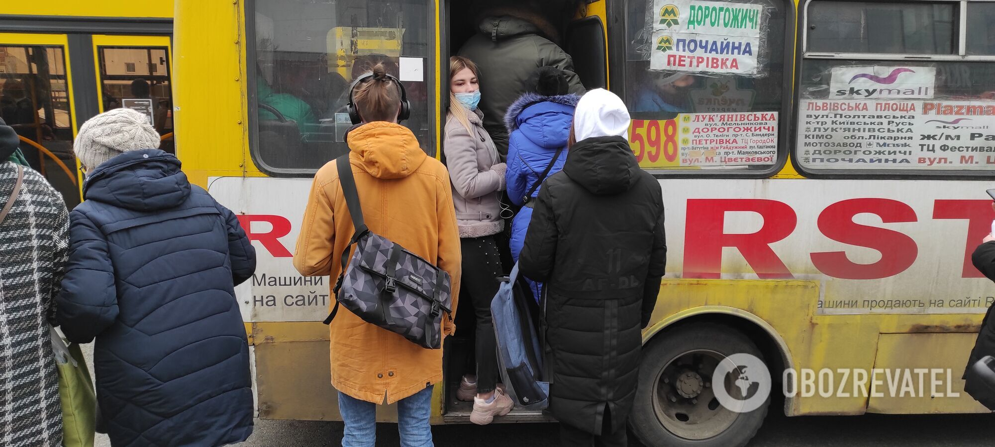Пасажири штурмом беруть маршрутки.