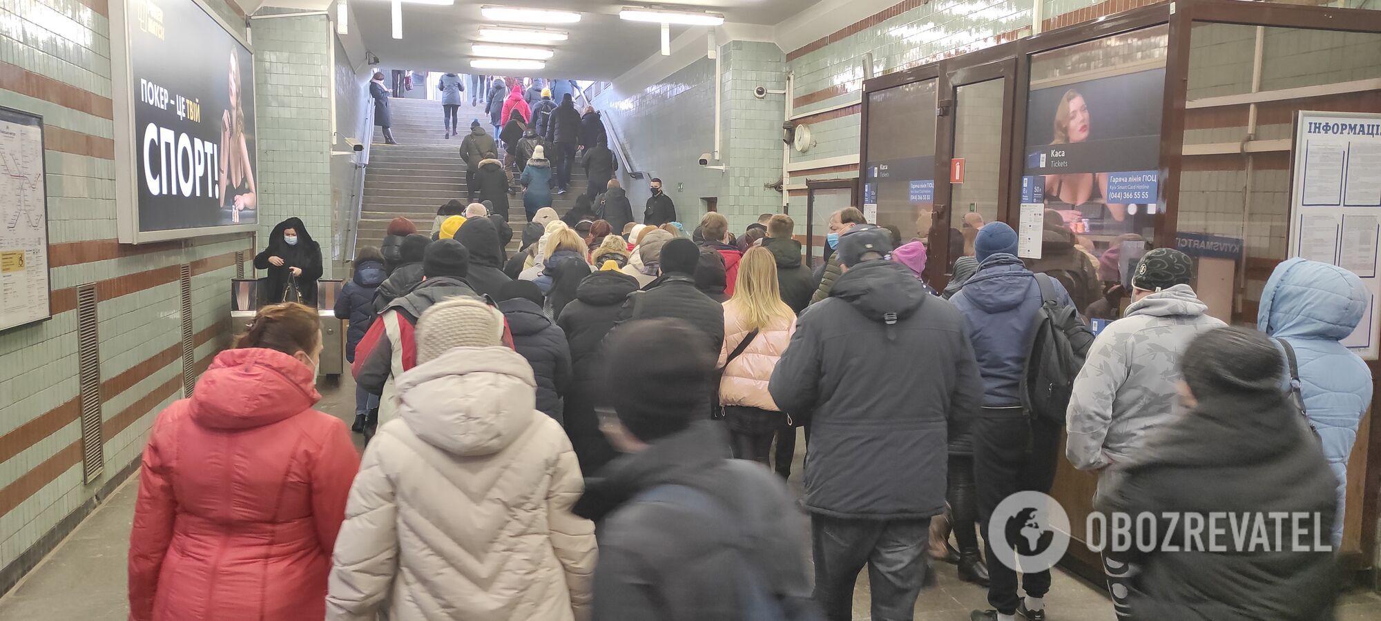 """Пасажири в вестибюлі на станції """"Дарниця""""."""