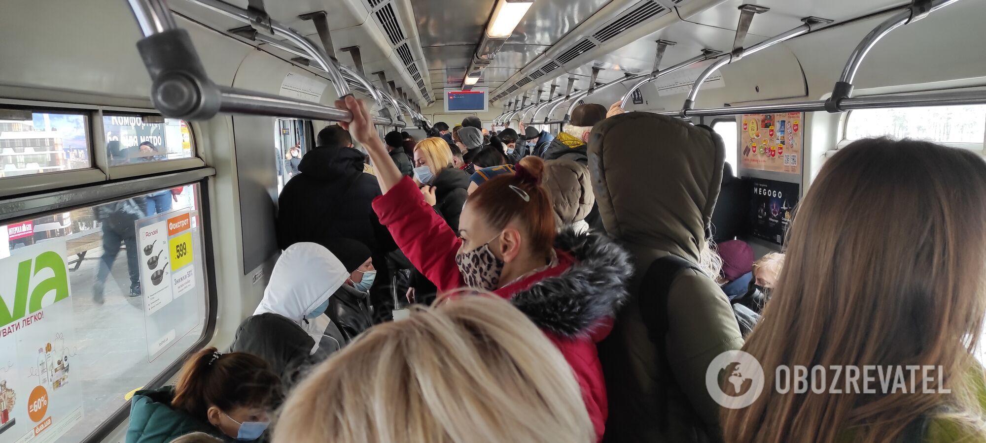 У вагонах пасажири не витримуються дистанції.