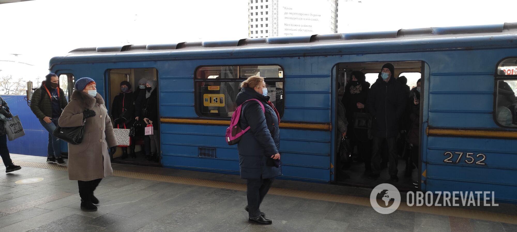 У вагонах метро люди стоять без дотримання дистанції.
