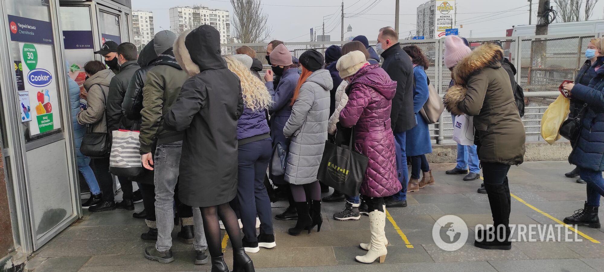"""На станції """"Чернігівська"""" черга перед входом."""