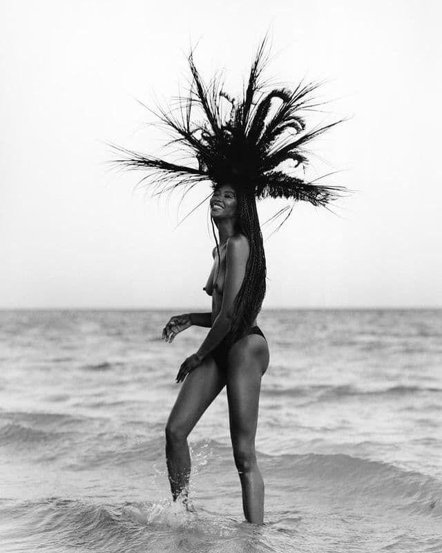 Наомі Кемпбелл продемонструвала свою фігуру і засвітила голі груди