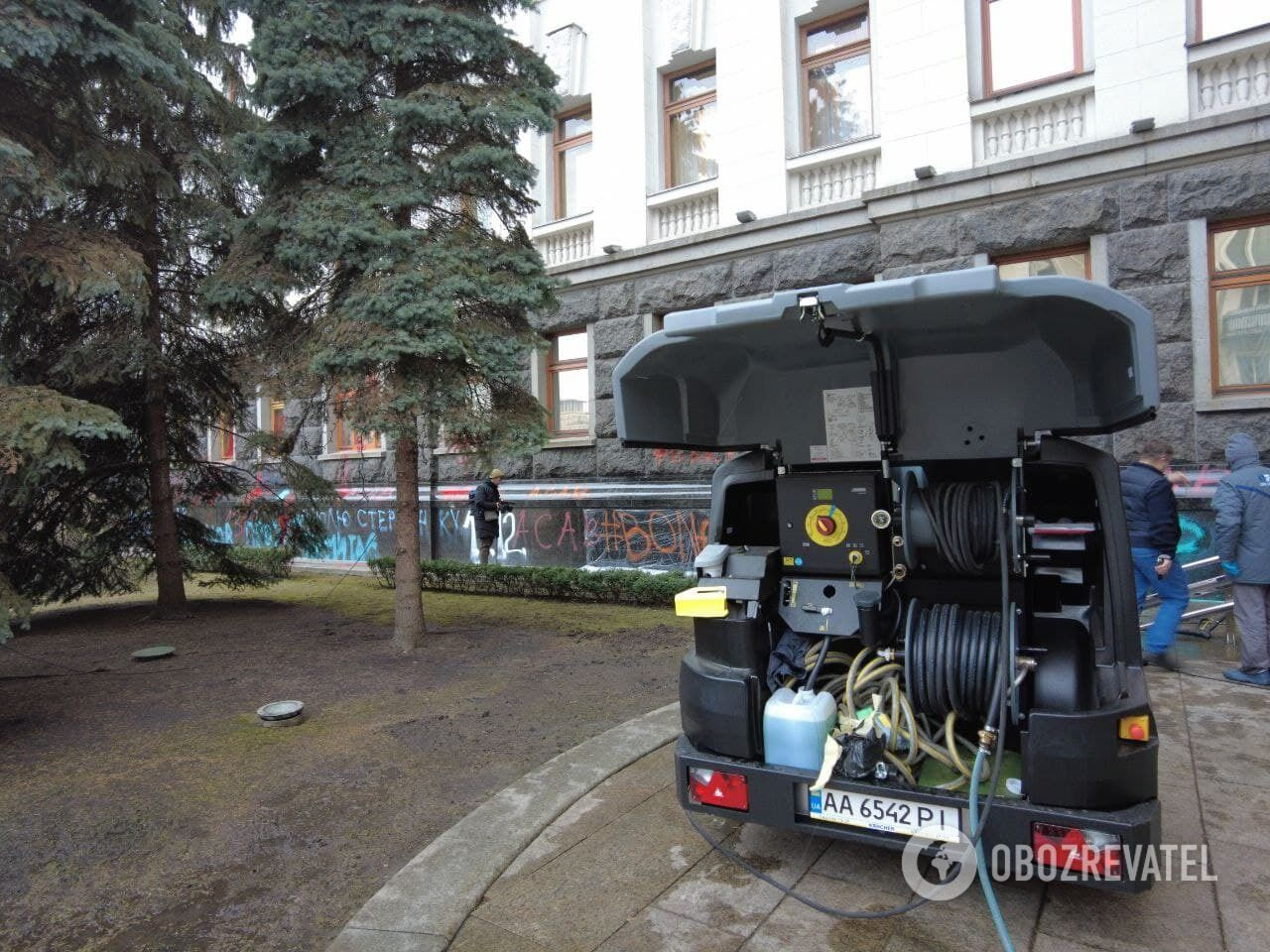 У Києві почали відмивати стіни будівлі Офісу президента.