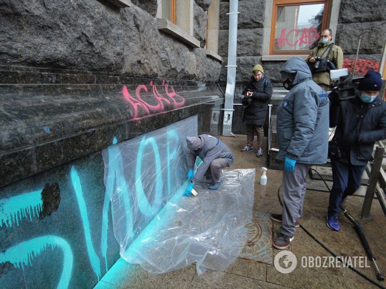 Співробітники приватної компанії готують стіни для миття.