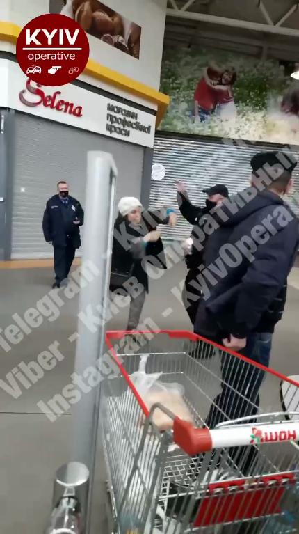 Охоронець супермаркету відлупцював жінку за відсутність маски