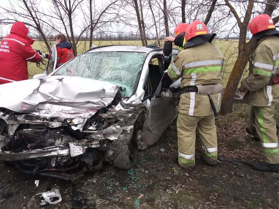 Пассажиров Opel Zafira деблокировали из автомобиля спасатели
