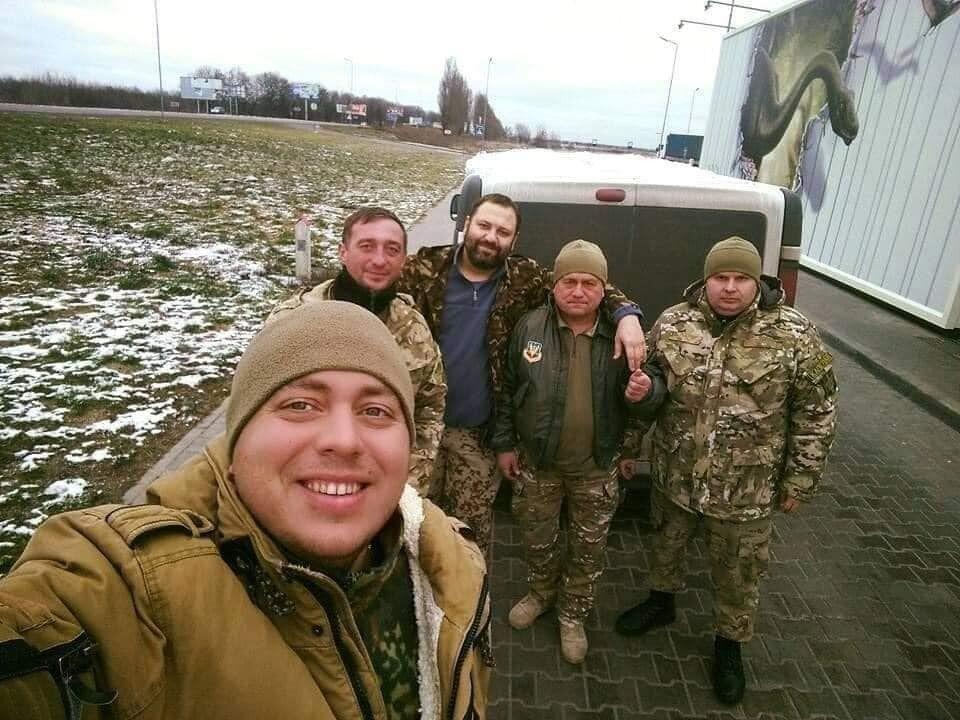 Юрій (у центрі) часто їздив на фронт