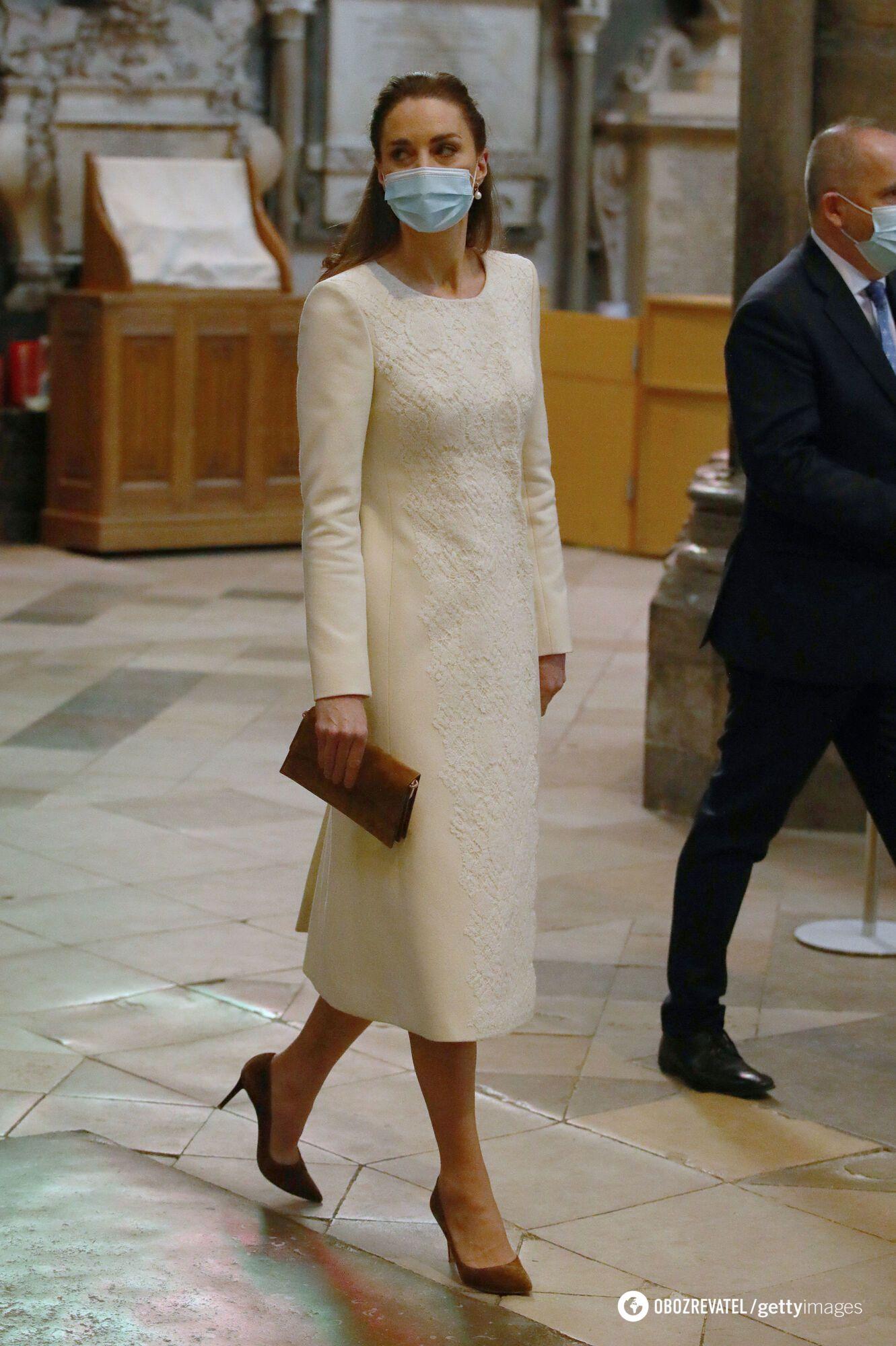 Для выхода в свет герцогиня выбрала пальто цвета слоновой кости
