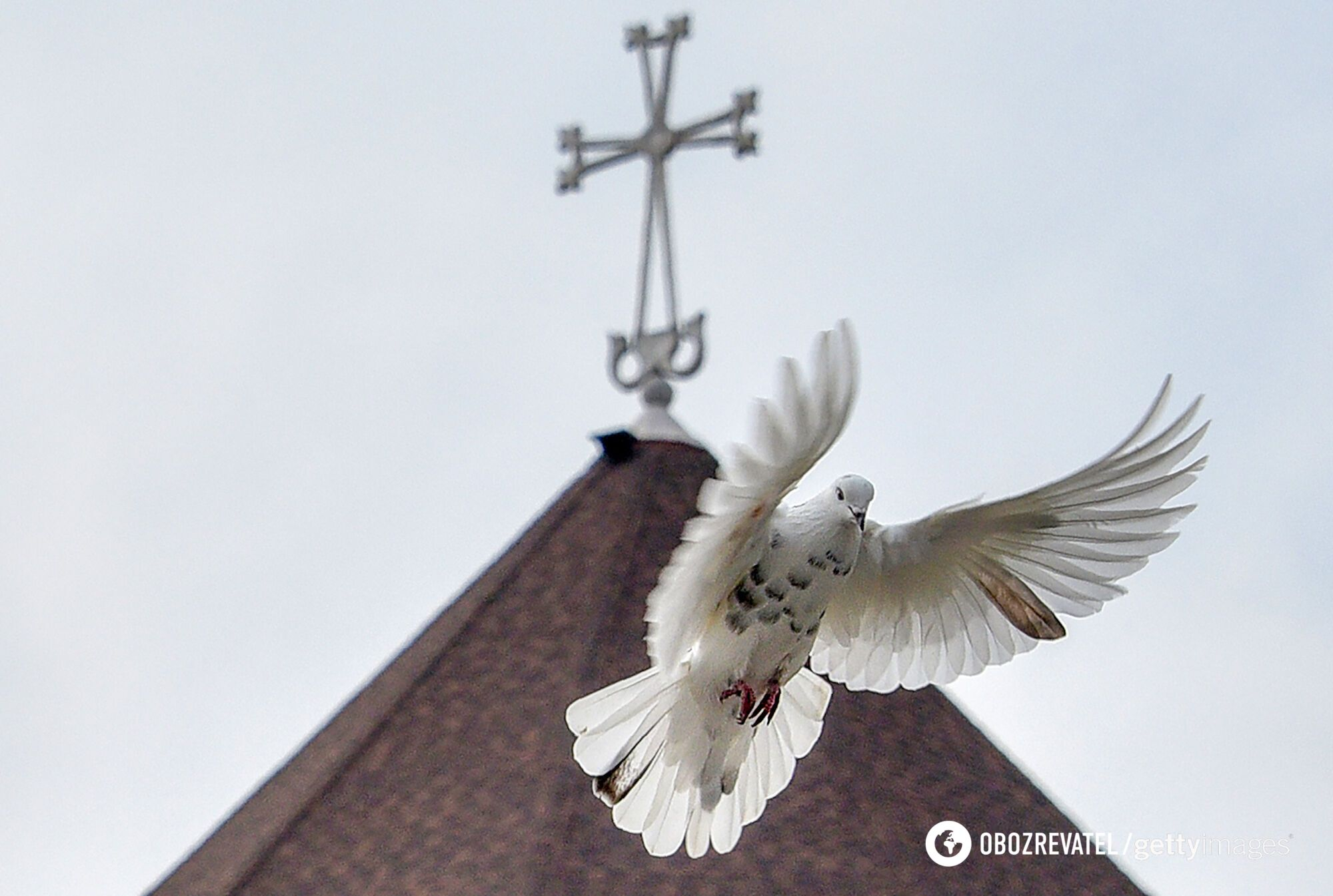 Після богослужіння на Благовіщення священики випускають у небо білих голубів