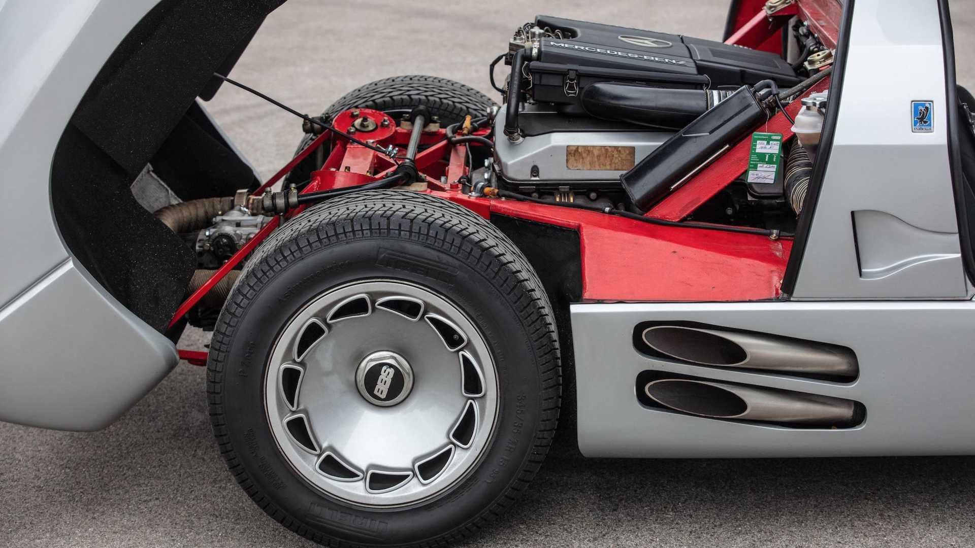 """Розташований """"в базі"""" 5-літровий V8 від Mercedes-Benz працював у парі з 5-ступінчастою """"механікою"""""""