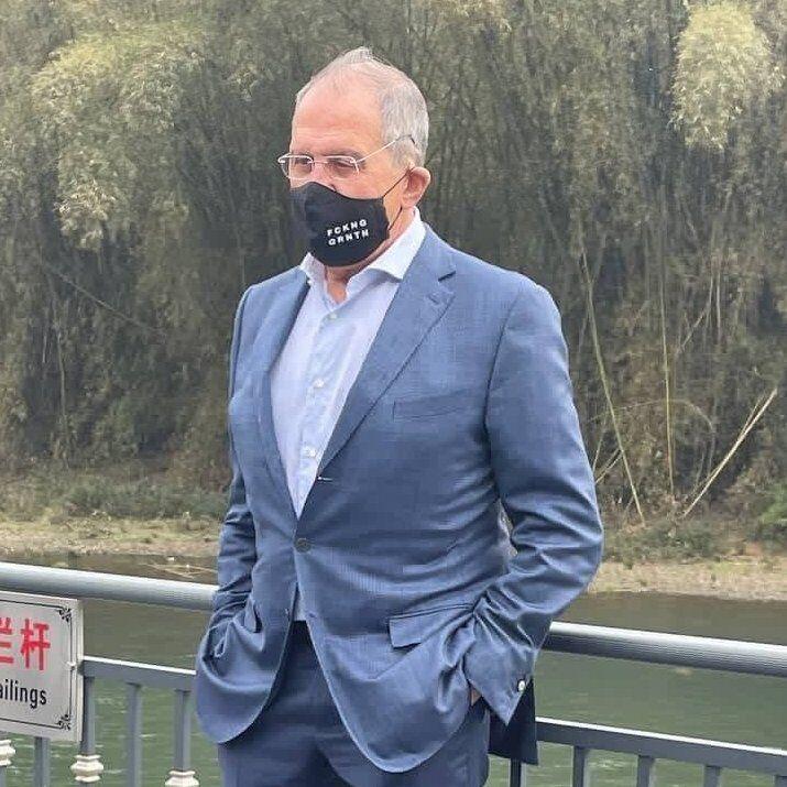 Сергій Лавров на своїй масці висловив невдоволення карантином через пандемію
