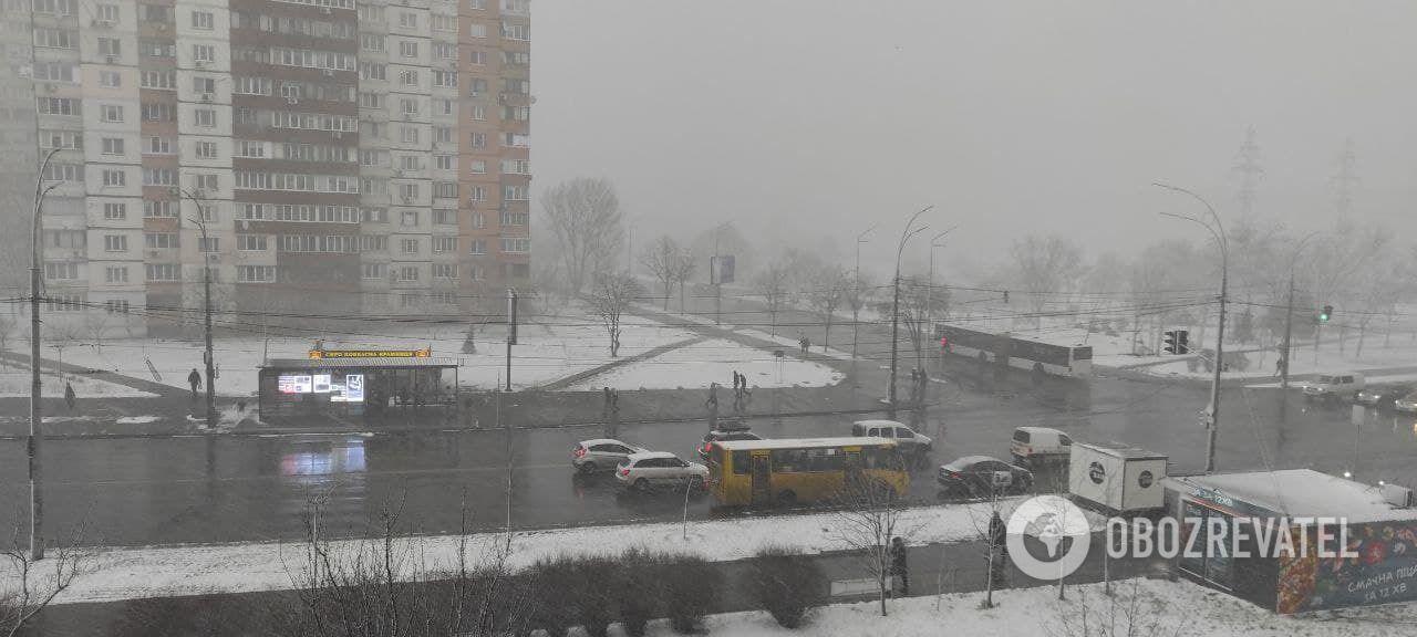 Сніг періодично накривав місто весь день.