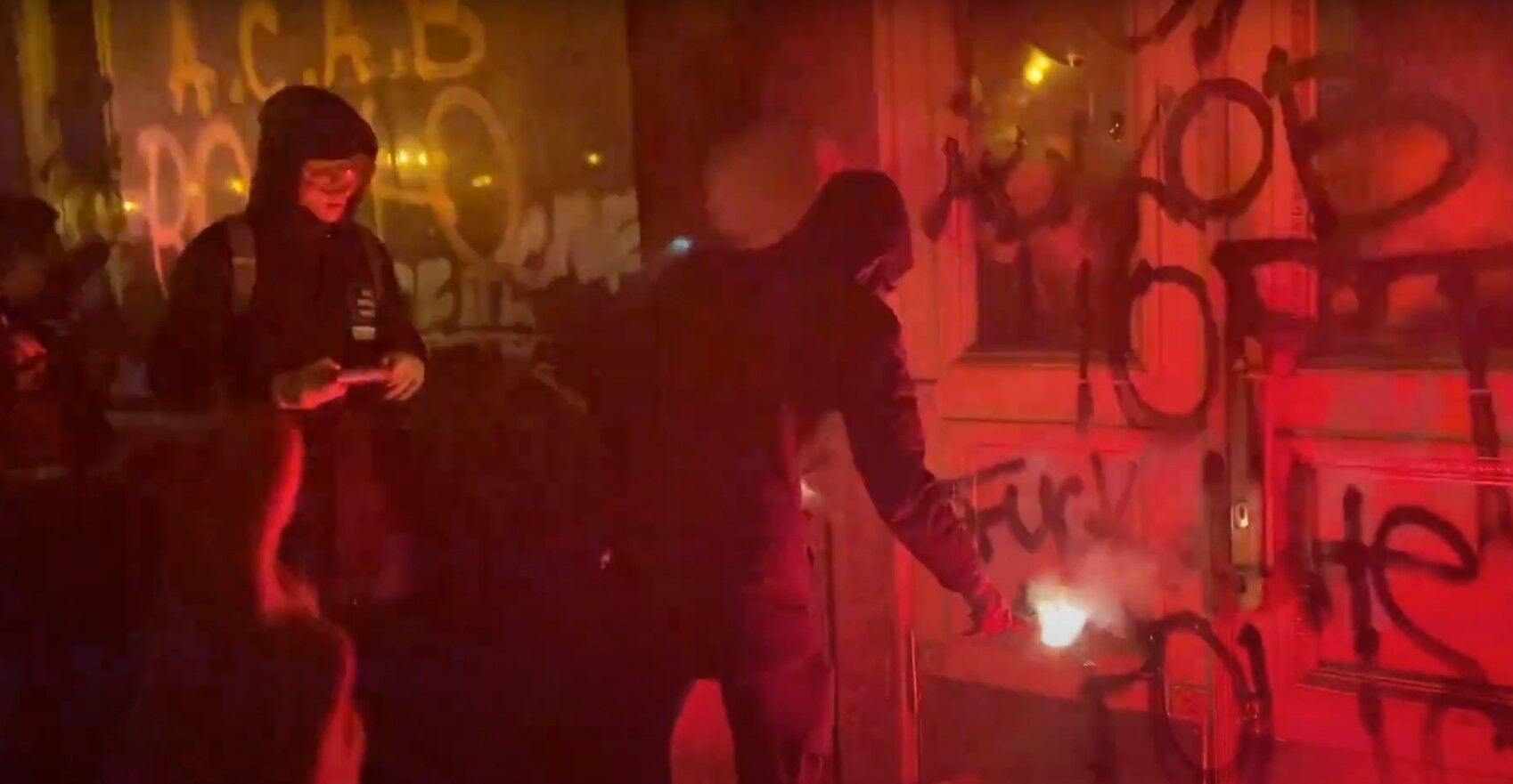 Чоловік підпалив фаєр біля дверей Офісу президента.