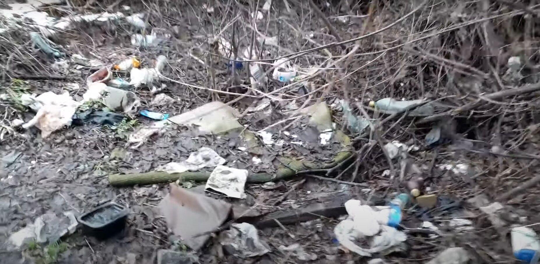 Притока річки завалений купами сміття.