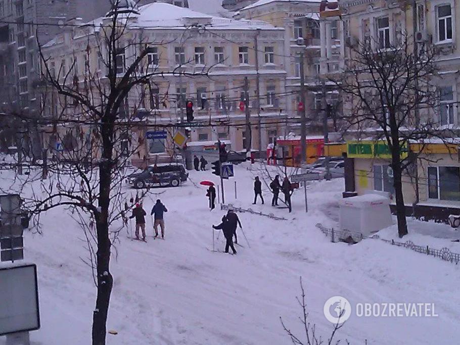 Люди пересувалися вулицями на лижах.