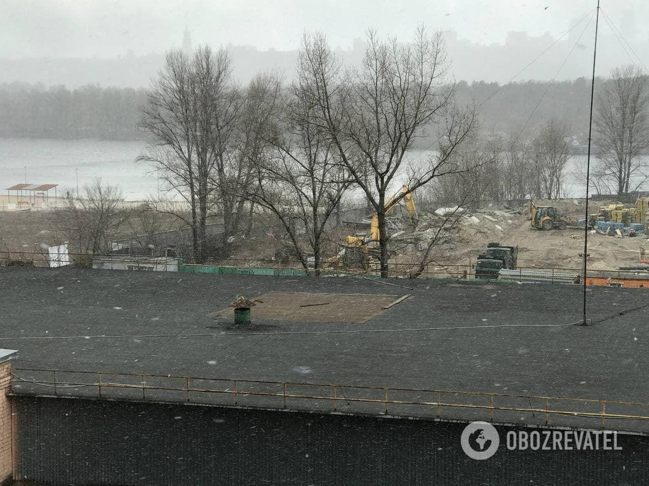 Сніг відразу ж танув.