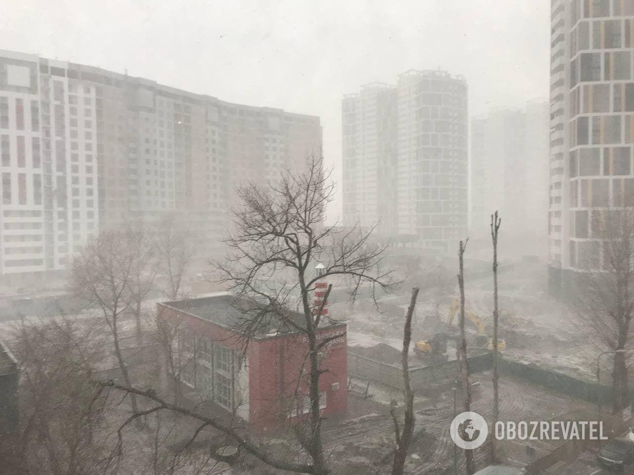 Снігопад дуже сильний.