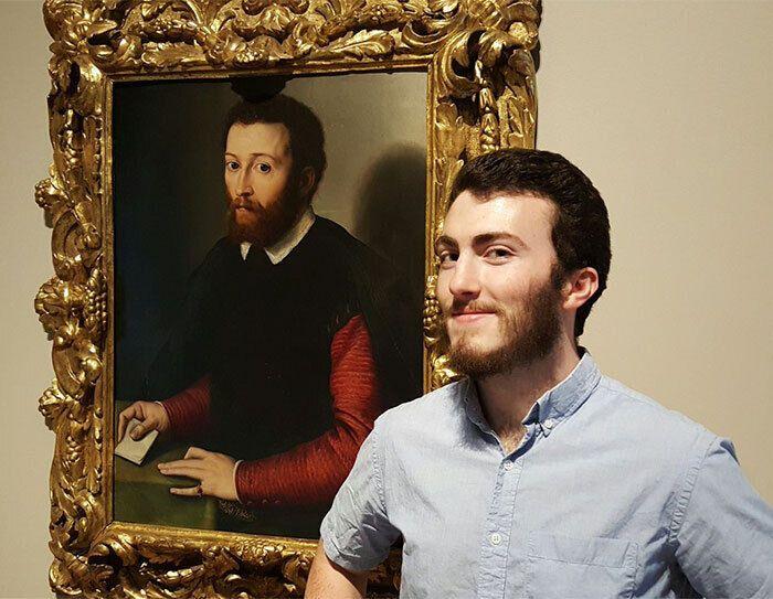 У мужчин одинаковая борода.