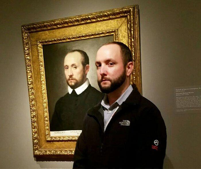 Парень пошел в музей и встретил себя.