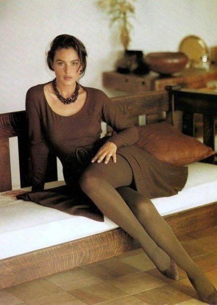 Беллуччи позировала на камеру в платье темно-коричневого цвета