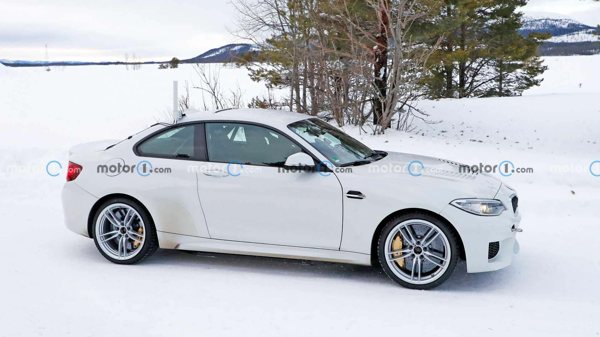 Новинка BMW с вентиляционным капотом и спойлером на багажнике