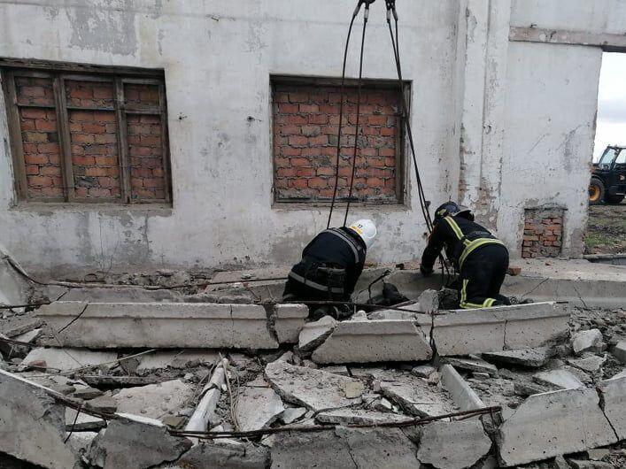 Рятувальники застосували спецінструмент, щоб дістати тіло загиблого.