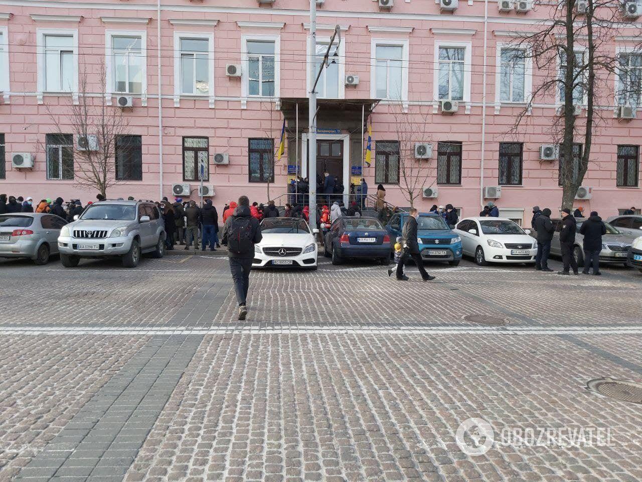 Біля суду були також поліцейські і бригада медиків.