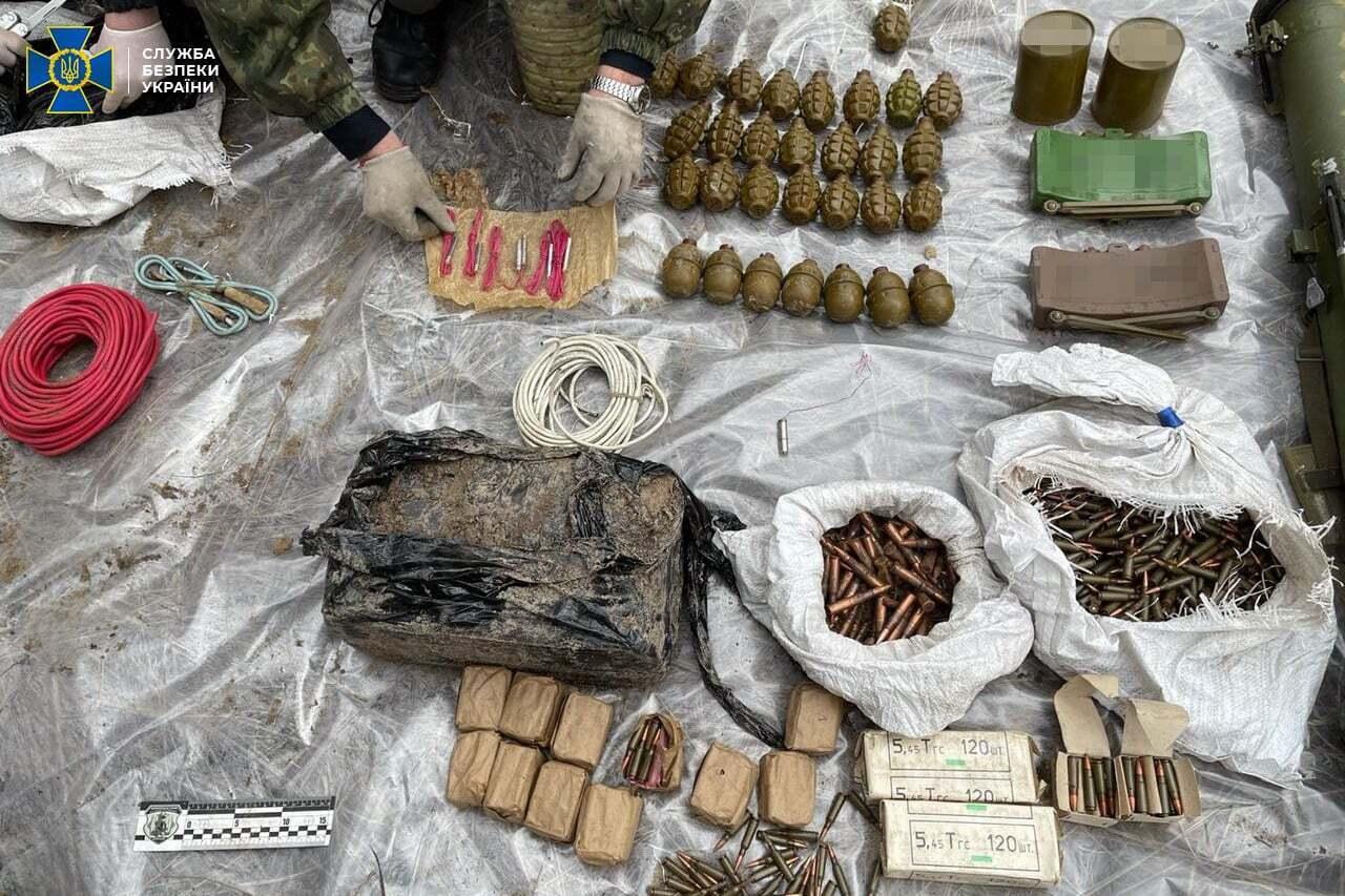 """У схованці терориста """"ЛНР"""" знайшли багато гранат та вибухівку"""