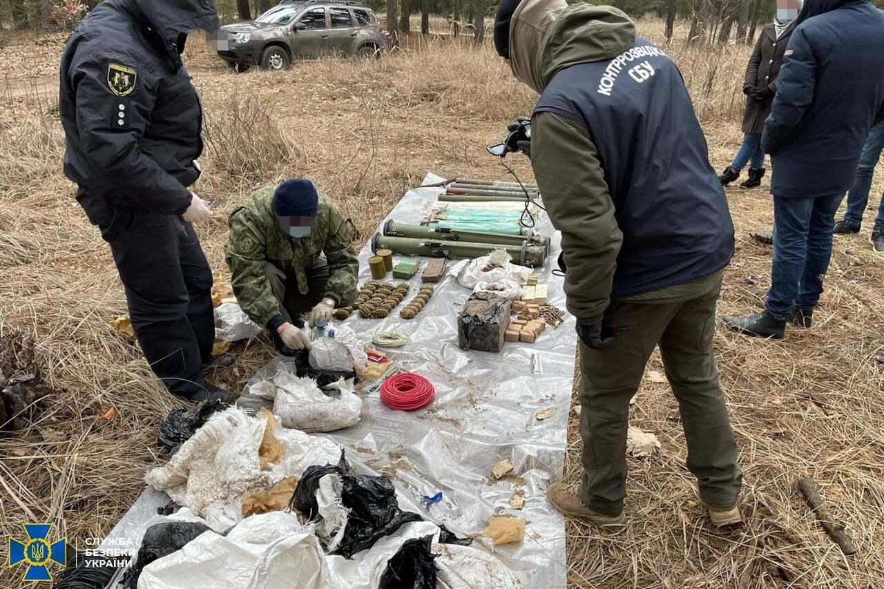 В СБУ вважають, що схрон облаштували терористи для терактів на вільній території України