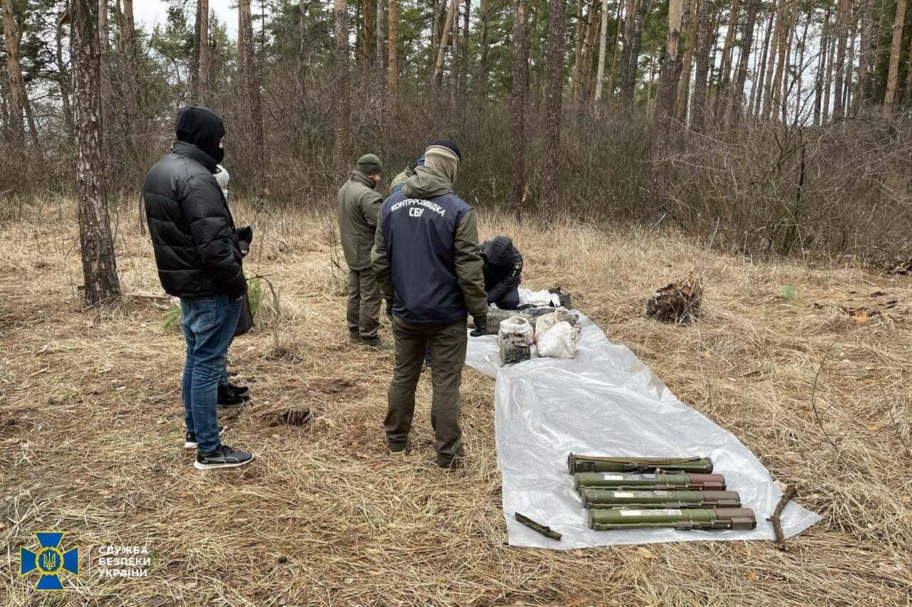 """Терорист """"ЛНР"""" сховав зброю у лісі під Харковом"""