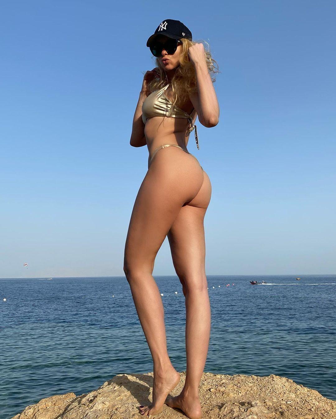 Полякова позувала на тлі моря в бікіні
