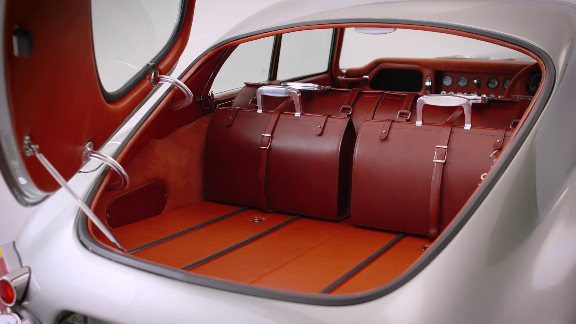 Покупатели получат комплект багажных сумок, изготовленных вручную и идеально подходящих по размеру к багажнику купе.