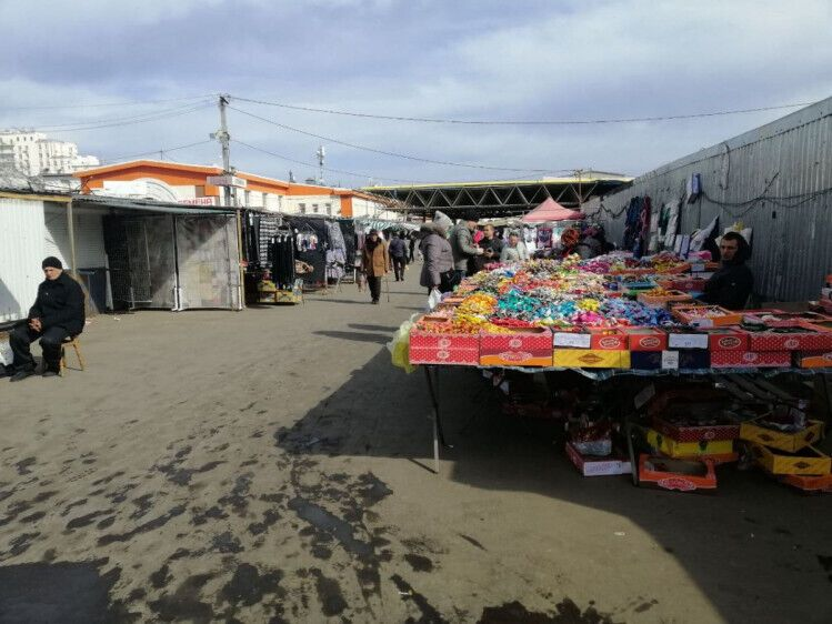 На одеських ринках серед продуктів можна придбати і заборонені товари