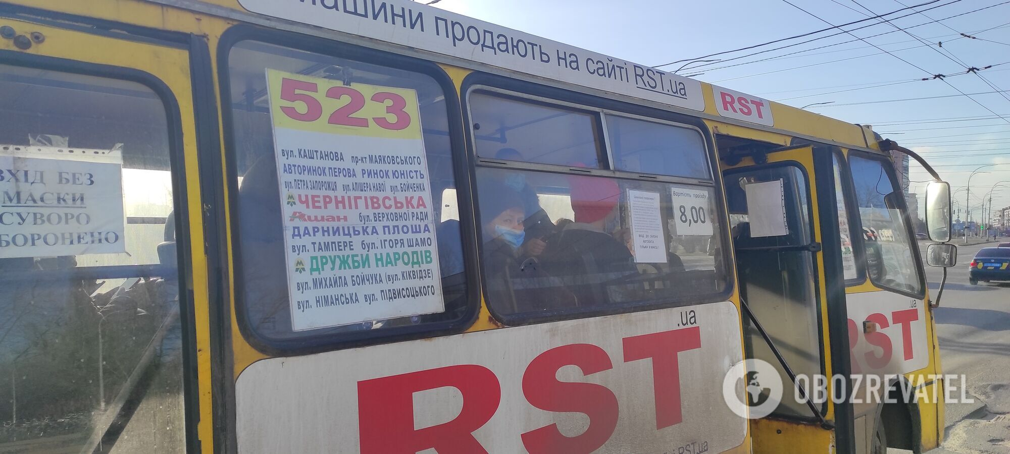 У деяких маршрутках водії не пускають стоячих пасажирів