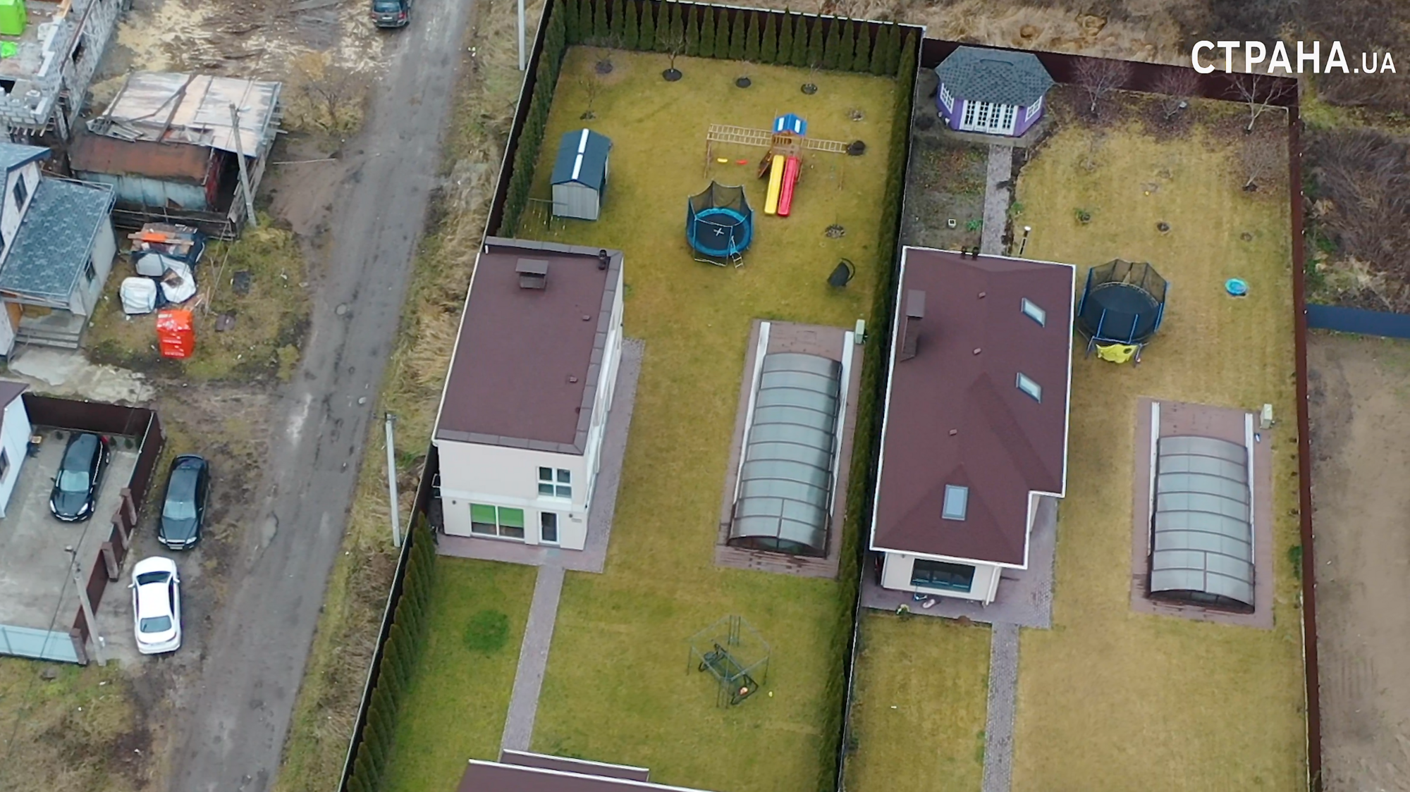 На заднем дворе дома есть бассейн и дестская площадка