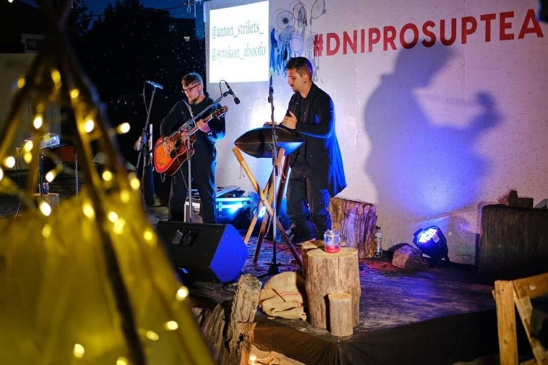Артист виступає з Simphonic Handpan Orchestra, аналогів якому немає в світі