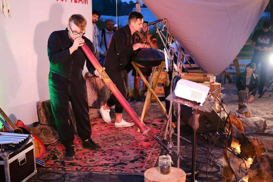 Музикант проводив свої перші концерти в йога-студіях