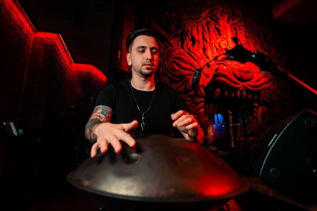 Спочатку Антон був рок-музикантом і часто їздив у тури з групою