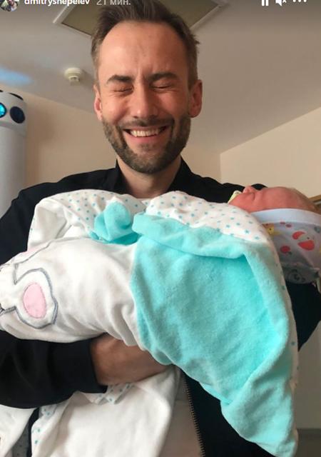Дмитрий Шепелев позирует с новорожденным ребенком