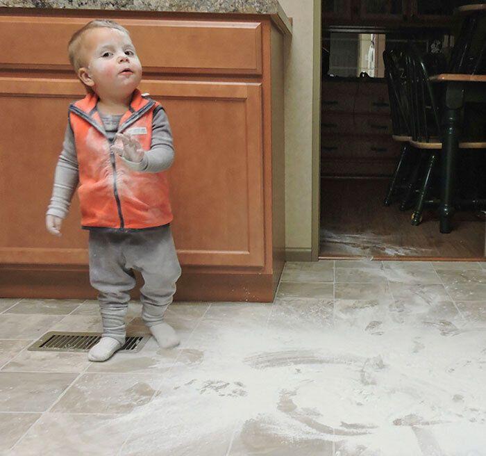 Малюк вирішив навести лад у шафах.