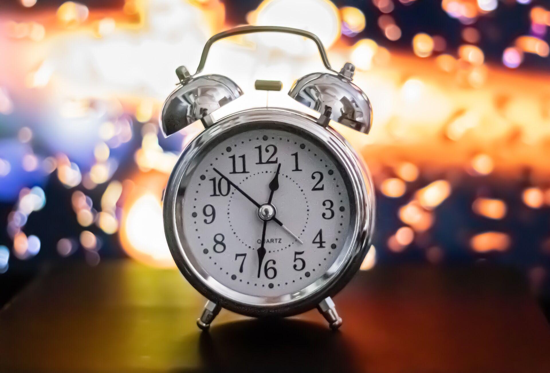 Дізнатися точний час після переведення годинників в Україні можна за допомогою мобільного телефона або доступу до інтернету